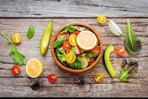 salade in een houten kom foto
