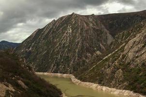 reservoir in de bedding van een rivier tussen bergen