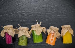 pot met geconserveerde groenten en fruit