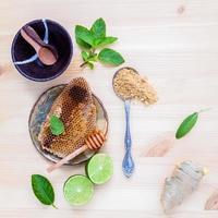 honingraat met verse ingrediënten foto