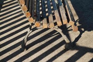 houten bankje op straat foto
