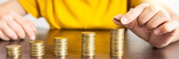 persoon stapels munten aan te passen foto