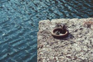 oude bruine ketting in de zeehaven foto