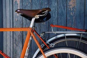 oranje fiets op straat foto