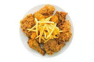 gebakken kip en frietjes op een witte plaat