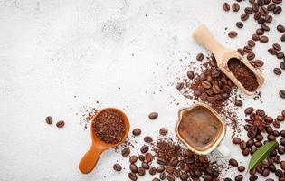 gebrande koffie met kopie ruimte op beton
