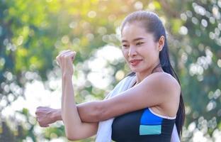 mooie vrouw oefeningen buiten in het park foto