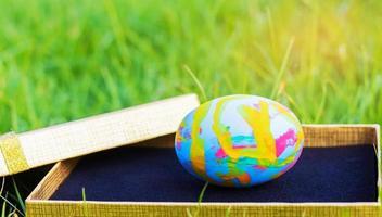kleurrijke paaseieren op de geschenkdoos voor Pasen foto