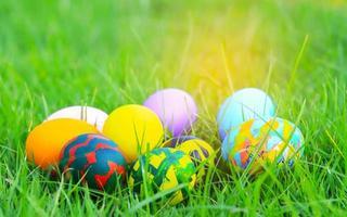 kleurrijke paaseieren op het gras voor Pasen foto