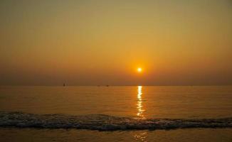mooi zonsonderganglandschap, tropisch strand van thailand foto