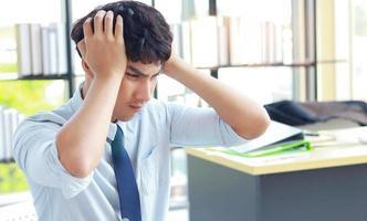 jonge zakenman die met stress op kantoor werkt