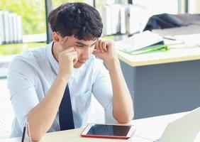 jonge zakenman die met stress op kantoor werkt foto