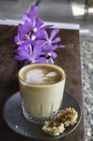 latte met een paarse bloem