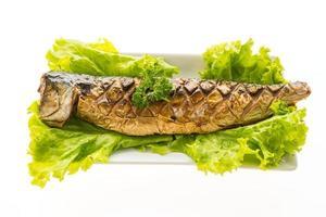 gegrilde saba-vis met zoete saus op een witte plaat
