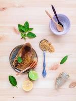 bovenaanzicht van rauwe honing en ingrediënten foto