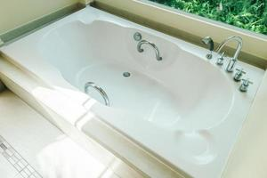 modern ligbad in de badkamer foto