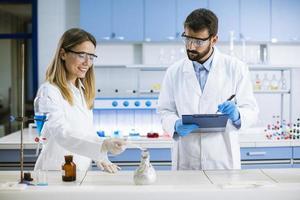 onderzoekers experimenteren met rook op een tafel van een chemisch laboratorium