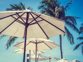witte parasols op de oceaan