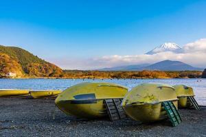 landschap met boten op mt. fuji, japan foto