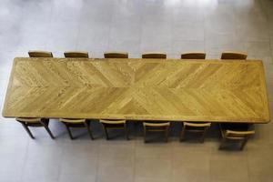 bovenaanzicht van lange houten tafel foto