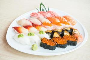 sushi op een witte plaat foto