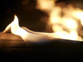 close-up van vlammen op een logboek