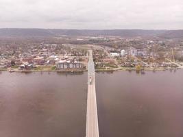 antenne kantelen naar beneden over metalen brug die de rivier de Mississippi overspant foto