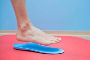 voet op orthopedische inlegzolen foto