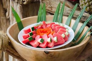 gesneden watermeloen in een kom foto