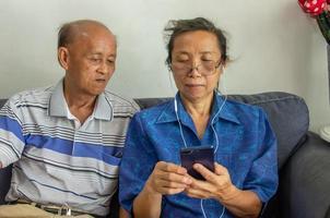 ouder paar kijken naar een telefoon foto
