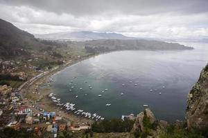 uitzicht op stad copacabana op titicacameer in bolivia foto