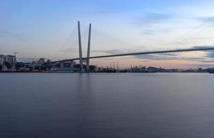 stadsgezicht van de gouden brug en de gouden hoornbaai in vladivostok, rusland foto