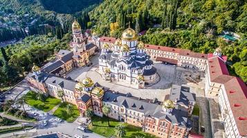 luchtfoto van het nieuwe athos-klooster in Abchazië, Georgië foto