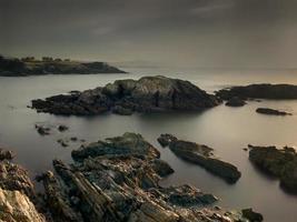 serene kustlandschap bij zonsondergang foto