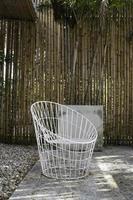 buiten witte stoel