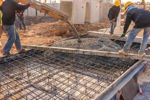beton gieten tijdens commerciële betonnen vloeren van gebouwen in bouwplaats