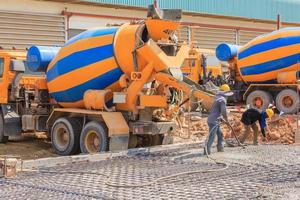 beton storten tijdens commerciële betonvloeren van gebouwen op bouwplaats