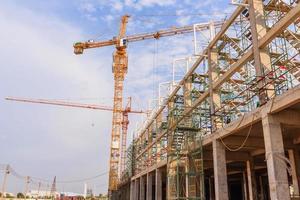 industriële bouwkranen en het bouwen in een mooie blauwe hemelachtergrond foto