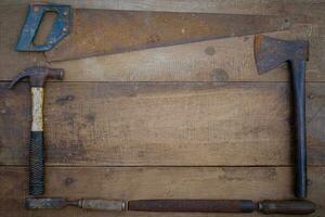 collectie handgereedschap voor houtbewerking op een ruwe houten werkbank foto
