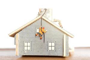 miniatuurmensen die thuis blijven en zelfquarantaine doen, blijf thuis-concept foto