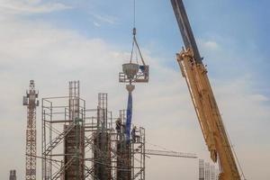 bouwvakkers werken op steigers op hoog niveau