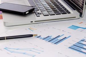 financiële documenten met laptop en telefoon foto