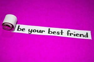 wees je beste vriend tekst, inspiratie, motivatie en bedrijfsconcept op paars gescheurd papier