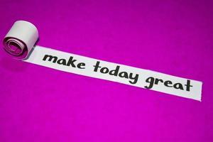 maak vandaag geweldige tekst, inspiratie, motivatie en bedrijfsconcept op paars gescheurd papier