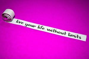 leef je leven zonder grenzen tekst, inspiratie, motivatie en bedrijfsconcept op paars gescheurd papier foto