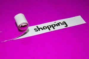 shopping tekst, inspiratie, motivatie en bedrijfsconcept op paars gescheurd papier