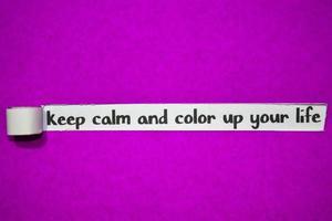 blijf kalm en kleur je levenstekst, inspiratie, motivatie en bedrijfsconcept op paars gescheurd papier foto