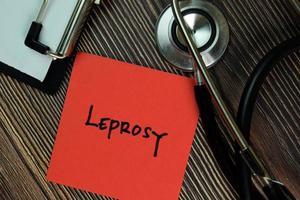 lepra geschreven op papierwerk geïsoleerd op een houten tafel