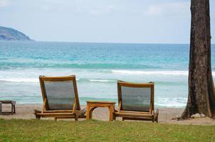 ligstoelen op een strand