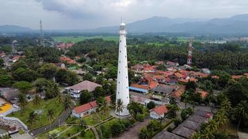 banten, indonesië 2021 - luchtfoto van vuurtoren zee rots zonsondergang landschap